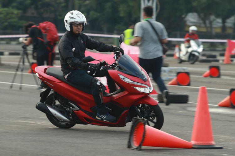 Handling Honda All New PCX yang kini seperti naik skutik kecil.