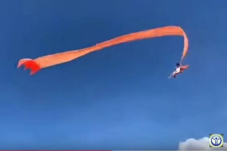 Tangkapan video seorang balita ketika tersangkut ekor layang-layang raksasa dan membawanya terbang ke ketinggian