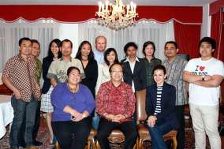 Djoko Susilo yang ketika itu masih menjadi Duta Besar RI di Swiss bersama dengan politisi Wanda Hamidah dan sejumlah pelajar Indonesia di Bern, Swiss. Foto bersumber dari blog pribadi tokoh Partai Amanat Nasional (PAN) ini.