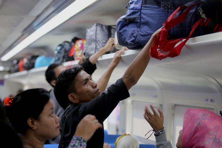Pemudik menata barang bawaannya di dalam kereta api di Stasiun Pasar Senen, Jakarta Pusat, Senin (4/7/2016). Warga pendatang di Jakarta mulai mudik ke kampung halaman dengan menggunakan kereta api ke sejumlah kota tujuan di Jawa Tengah dan Jawa Timur.