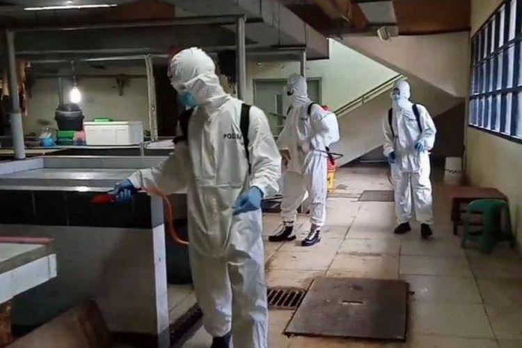 Penyemprotan cairan disinfektan di Pasar Cisalak, Depok, Jawa Barat, Senin (1/6/2020).