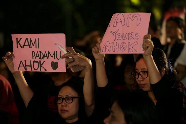 Massa pendukung Basuki Tjahaja Purnama (Ahok) menggelar acara Malam Solidaritas Matinya Keadilan di Tugu Proklamasi, Jakarta, Rabu (10/5/2017). Mereka menggelar doa bersama serta menyalakan lilin untuk menuntut keadilan mengenai kasus penodaan agama yang menimpa Gubernur DKI Jakarta non-aktif Basuki Tjahaja Purnama.