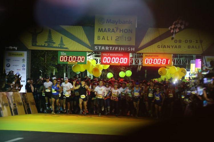 Peserta memulai berlari di garis start Maybank Marathon Bali 2019.