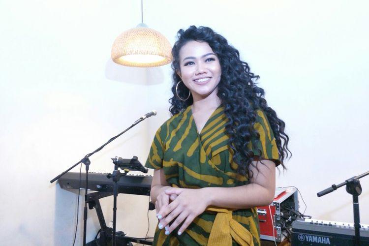 Yura Yunita menjalani sesi pemotretan untuk media dalam jumpa pers peluncuran klip video Harus Bahagia di Kopi Nalar Kafe, Kebayoran, Jakarta Selatan, Selasa (3/4/2018).