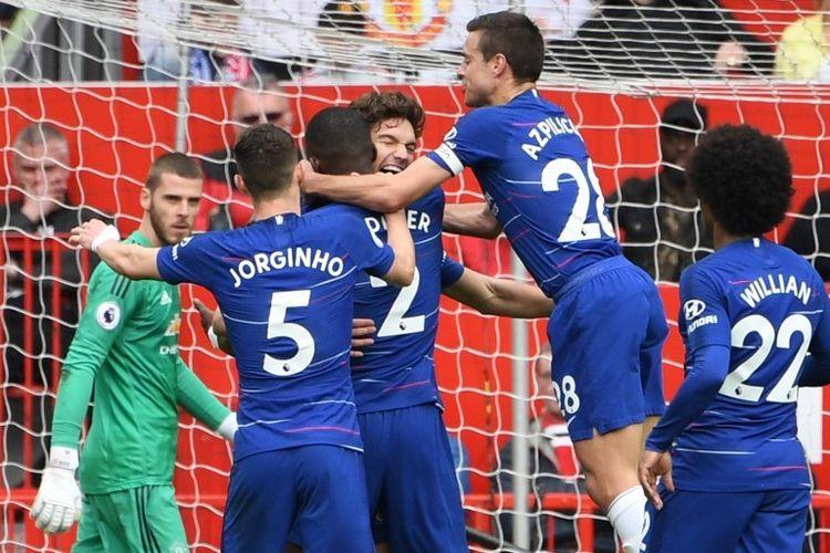 Marcos Alonso merayakan golnya pada pertandingan Manchester United vs Chelsea dalam lanjutan Liga Inggris di Stadion Old Trafford, 28 April 2019.
