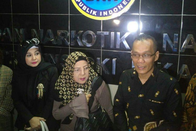 (Dari kiri) Istri Sandy Tumiwa Vivi Paris, ibunda Sandy Amalia Nurshanty, kuasa hukum Sandy Denny Lubis usai mendampingi Sandy menjalani asesmen rehabilitasi di kantor BNN Provinsi DKI Jakarta, kawasan Rasuna Said, Kuningan, Jakarta Selatan, Senin (6/5/2019).