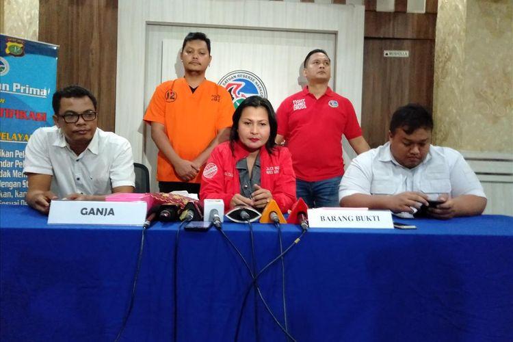 Kasat Narkoba Polres Metro Jakarta Selatan Kompol Vivick Tjangkung bersama RE, tersangka kepemilikan narkoba di Mapolres Metro Jakarta Selatan, Kamis (25/7/2019)