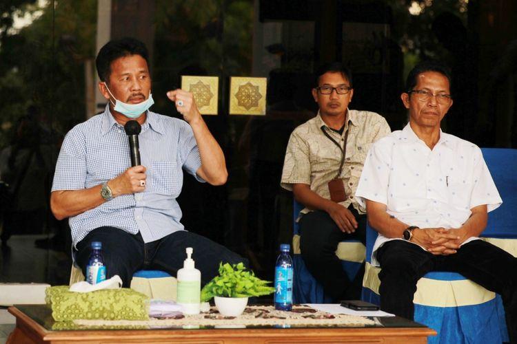 Walikota Batam, HM Rudi meminta agar masyarakat Batam tetap tenang dan tidak panik dengan ditemukannya satu orang warga Batam yang dinyatakan positif terinveksi virus corona atau covid-19, Kamis (19/3/2020).