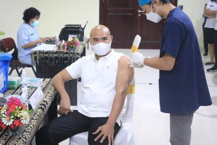 Gubernur Nusa Tenggara Timur (NTT) Viktor Bungtilu Laiskodat disuntik vaksinasi tahap pertama di Kantor Gubernur NTT, Rabu (14/7/2021)