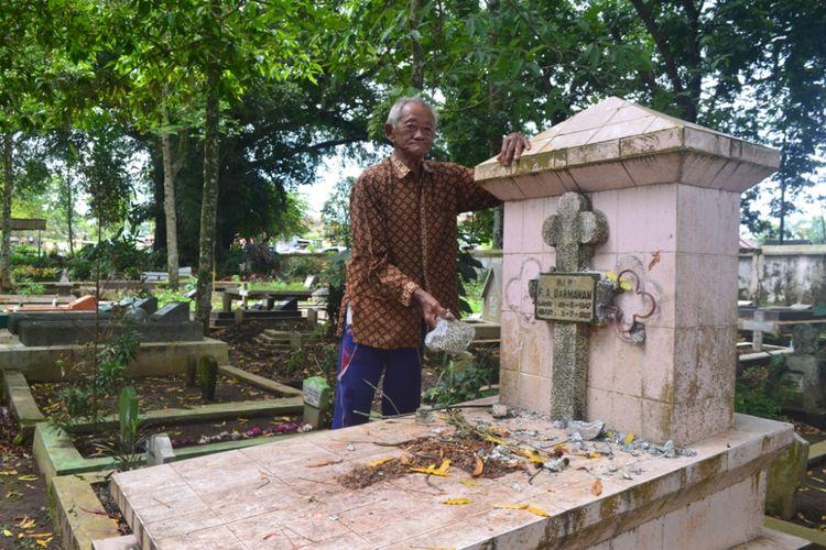 Petugas TPU Giriloyo Magelang memperlihatkan nisan salam satu makam yang diduga dirusak oknum tak dikenal, Rabu (2/1/2019).