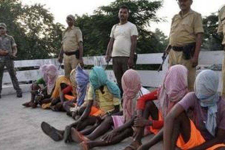 Kepolisian India memamerkan delapan tersangka pemerkosaan empat orang siswi sebuah sekolah asrama di Negara Bagian Jharkand.