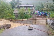 Jembatan Ambruk, Warga Terpaksa Melintas Lewat Aliran Sungai