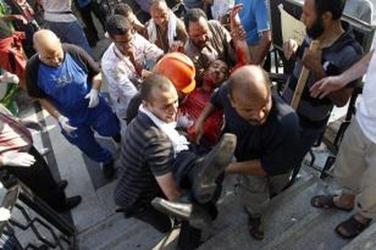 Salah satu korban penembakan militer Mesir pada pendukung Presiden terguling Mesir Muhammad Mursi, Senin (8/7/2013). Serangan militer dilakukan ketika para pendukung Mursi sedang menegakkan shalat subuh di masjid Rabaa al Adwiya. Setidaknya 51 tewas dan 352 terluka, termasuk perempuan dan anak-anak. AFP/MAHMOUD KHALED
