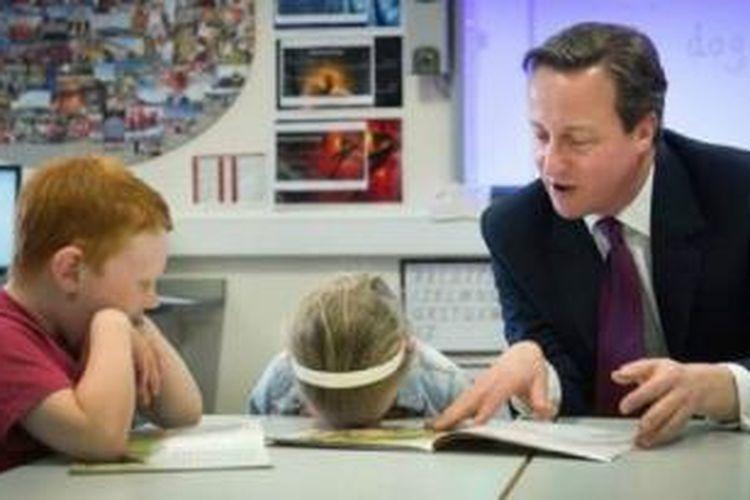 Perdana Menteri Inggris David Cameron membacakan buku kepada anak-anak