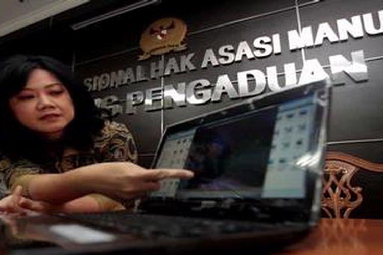 Ketua Komnas HAM, Siti Noor Laila (kiri) bersama komisioner, Siane Inriani menunjukan video tindak kekerasan saat penangkapan terduga teroris oleh Densus 88 Polri di Kantor Komnas HAM, Jakarta, Senin (18/3/2013). Hasil penyelidikan Komnas HAM merekomendasikan kepada Kepala Kepolisian RI untuk menindaklanjuti porses hukum terhadap pelaku kekerasan dan meminta LPSK memberi perlindungan untuk korban dan saksi dalam peristiwa yang terjadi di Poso tahun 2007 tersebut.