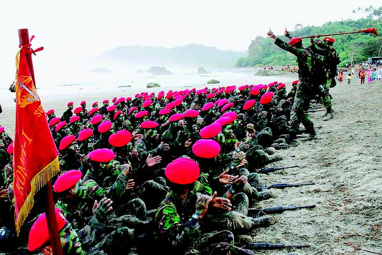 Para prajurit Komando Pasukan Khusus yang  lulus meluapkan kegembiraannya pada penutupan Pendidikan Kursus Komando angkatan 92 Gelombang -1 TA 2012 di pantai Permisan Cilacap,jawa Tengah, Minggu  (29/7). Pada Pendidikan angkatan 92 ini telah berhasil meluluskan  169 personel  termasuk 4 personel dari Angkatan Bersenjata Kerajaan kamboja (RCAF) Berhasil sebagai peserta pendidikan yang dinyatakan terbaik antara lain Perwira terbaik letnan dua Inf Denny Sopyan, Bintara terbaik Serda bambang SB, Tamtama terbaik Prada Anas Rifai.