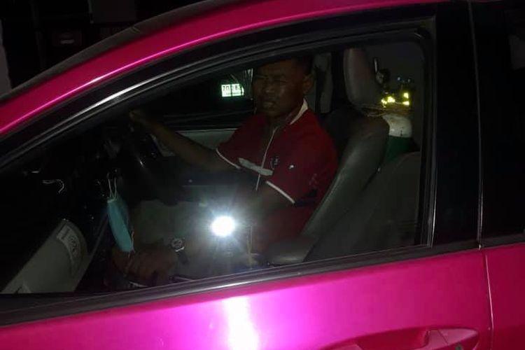 Kisah Sumeth Singpun, sopir taksi di Thailand yang bekerja sambil memakai selang oksigen karena sakit komplikasi, diunggah ke Facebook oleh Nongying Chuaibamrung atas persetujuan sang pengemudi. Unggahannya menjadi viral di Thailand.
