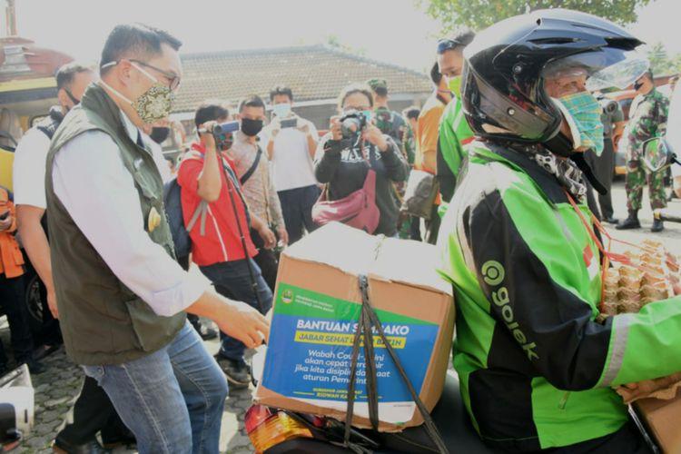 Gubernur Jawa Barat Ridwan Kamil memantau pelaksanaan hari pertama pembatasan sosial berskala besar (PSBB) di Bogor, Rabu (15/4/2020). Pada kesempatan itu, ia pun memantau proses penyaluran dana bantuan sosial bagi warga oleh ojek online dan ojek pangkalan.