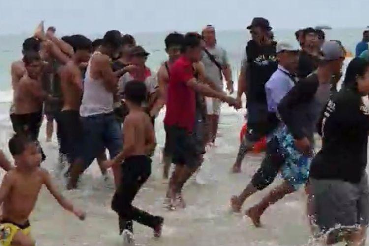 Korban Bripka Manalu dan anaknya saat dievakuasi pengunjung di Pantai Matras, Sungailiat, Bangka, Minggu (23/8/2020).