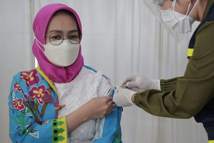 Wali Kota Tangerang Selatan Airin Rachmi Diany saat disuntik vaksin Covid-19 dosis kedua di RSU Tangerang Selatan, Kamis (28/1/2021).