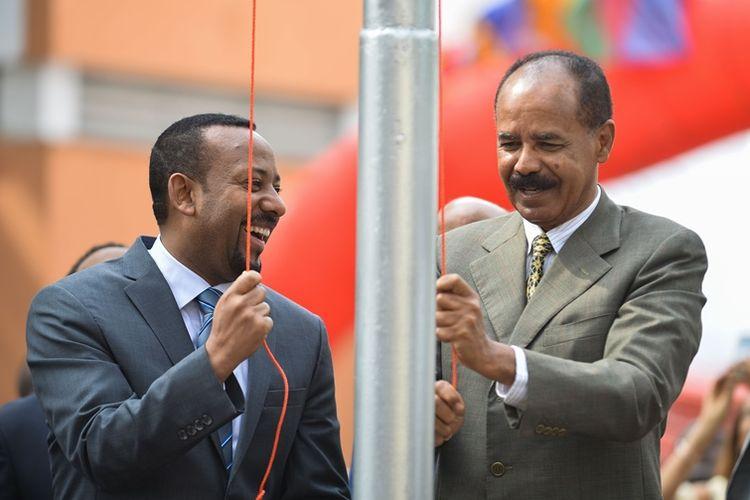 Perdana Menteri Etiopia Abiy Ahmed (kiri) dan Presiden Eritrea Isaias Afeworki saat pembukaan kembali gedung kedutaan Eritrea di Addis Ababa, Senin (16/7/2018).