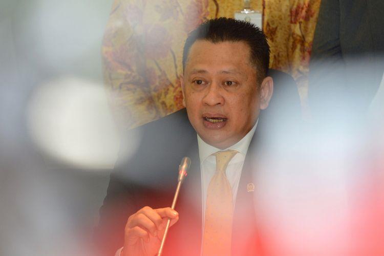 Calon Ketua DPR dari Fraksi Partai Golkar Bambang Soesatyo memberikan keterangan kepada wartawan terkait pengumuman calon ketua DPR dari Fraksi Partai Golkar di Kompleks Parlemen, Senayan, Jakarta, Senin (15/1). Airlangga Hartarto mengumumkan penunjukan Bambang Soesatyo menjadi Ketua DPR hingga 2019 menggantikan Setya Novanto yang menjadi terdakwa dalam kasus dugaan korupsi KTP elektronik. ANTARA FOTO/Wahyu Putro A/aww/18
