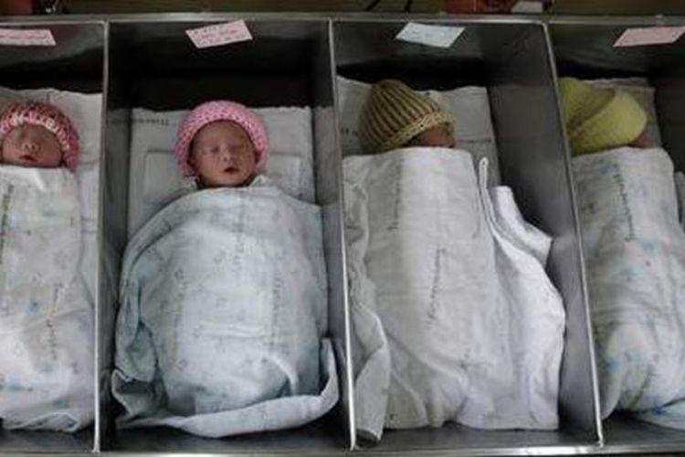 Bayi-bayi yang baru dilahirkan tertidur di sebuah ruang di Rumah Sakit Rajavithi, Bangkok, Thailand.
