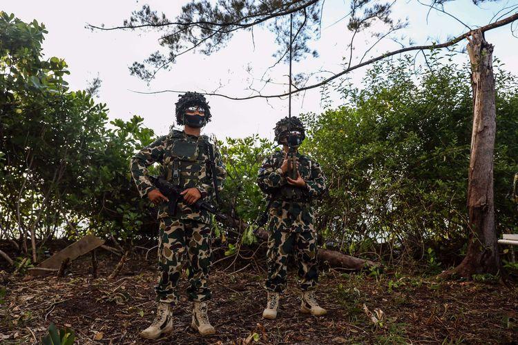 Prajurit TNI AL, Marinir melakukan penyergapan saat pendaratan di Pantai Todak, Dabo Singkep, Provinsi Kepulauan Riau, Jumat (24/7/2020). Latihan tersebut merupakan persiapan kegiatan manuvra lapangan (Manlap) Geladi Tugas Tempur Tingkat III (L-3) Koarmada I, Latihan Pendaratan Amfibi, dan Pengangkatan Kasal Sebagai Warga Kehormatan Korps Marinir di Pantai Todak Dabo Singkep, Kepulauan Riau pada 22 - 28 Juli 2020.