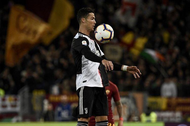 Cristiano Ronaldo tengah mengontrol bola pada pertandingan AS Roma vs Juventus di Stadion Olimpico, 12 Mei 2019.