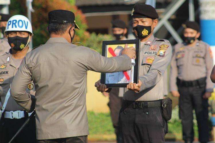 Kapolres Luwu Timur AKBP Indratmoko melakukan upacara pemberhentian tidak dengan hormat (PTDH) kepada personelnya karena melanggar kode etik profesi Polri, Rabu (02/06/2021).