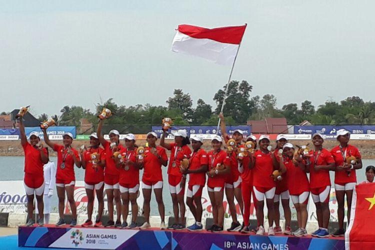 Tim perahu naga putri 200 meter Indonesia berpose di podium kedua Asian Games 2018 di Danau Jakabaring, Palembang, Sumatra Selatan.