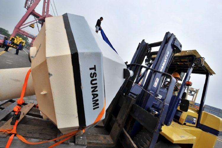 Pekerja sedang mengangkut buoy, alat deteksi dini tsunami yang didonasikan oleh US National Oceanographic and Atmospheric Administration (NOAA). AFP PHOTO/Bay ISMOYO / AFP PHOTO / BAY ISMOYO