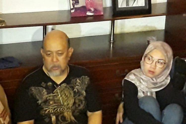 Indro Warkop di samping jenazah istrinya, Nita Octobijanthy, yang terbaring di rumah duka Jalan Kayu Putih Tengah IIA nomor 4, Jakarta Timur, Rabu (10/10/2018) dini hari.