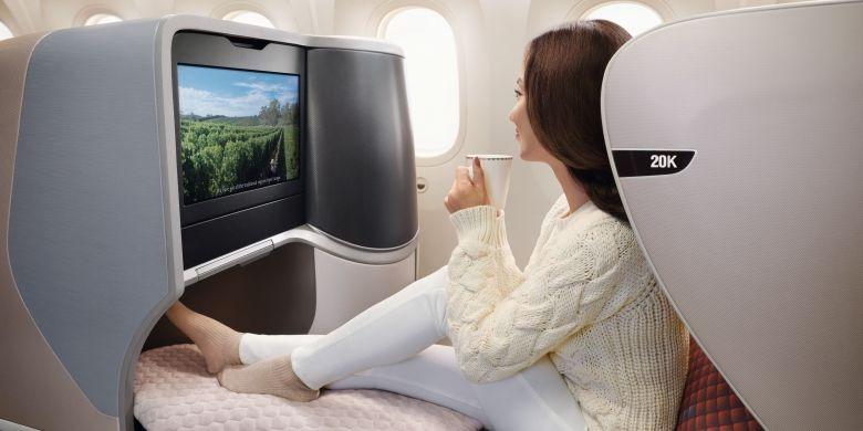 Menikmati in-flight entertainment dengan teknologi terkini yang membuat perjalanan Anda semakin berwarna (Dok. Singapore Airlines)