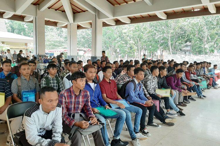 Ribuan calon TKI yang mendaftar ke Korea Selatan menjalani seleksi di aula FBS Unnes, Selasa (3/3/2020).