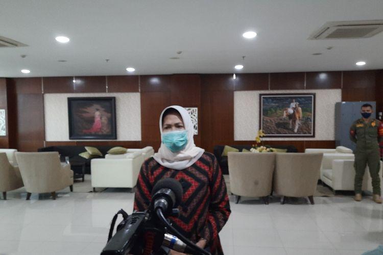 Wali Kota Batu, Dewanti Rumpoko saat diwawancara di lantai 5 Balai Kota Among Tani Kota Batu, Jawa Timur, Jumat (8/1/2021).