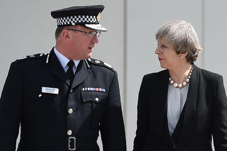 PM Theresa May dan kepala kepolisian Manchester Raya, Ian Hopkins.