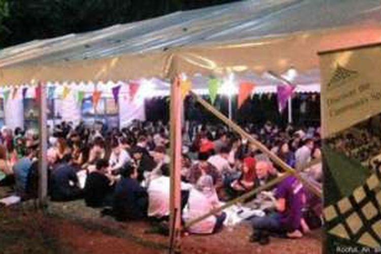 Acara buka puasa yang digelar Tenda Ramadan di pusat kota London. Acara ini juga dihadiri warga non-Muslim.