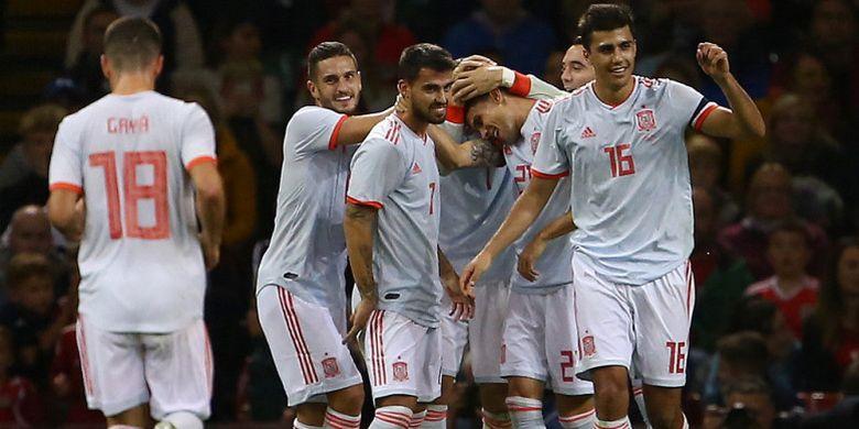Para pemain timnas Spanyol merayakan gol Marc Bartra saat menghadapi Wales dalam laga uji coba di Stadion Cardiff City, Cardiff, Wales, pada Kamis (11/10/2018).