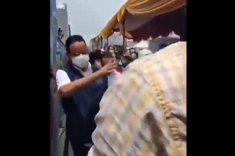 Detik-detik Gubernur DKI Jakarta Anies Baswedan kecempl got di Koja, Jakarta Utara, Sabtu (12/9/2021)