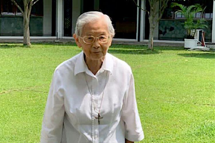 Sr. Francesco Marianti OSU,  legenda pendidikan Santa Ursula,  Jakarta dan peserta jalan cepat Caritas  Christmas.