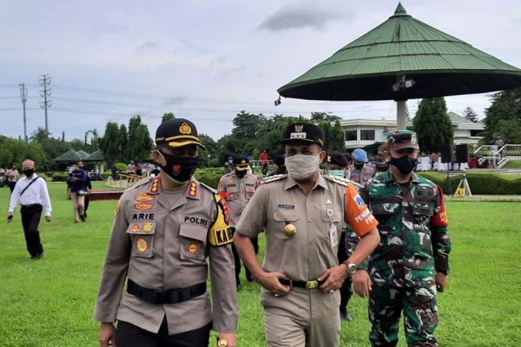 Kapolres Jakarta Timur Kombes Pol Arie Ardian bersama Wali Kota Jakarta Timur M Anwar di Museum Purna Bhakti Pertiwi TMII, Senin (21/12/2020)
