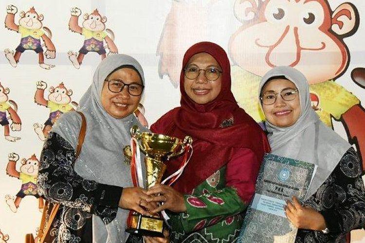 Istri Wali Kota Depok Mohammad Idris, Elly Farida (tengah kerudung merah), memegang piala penghargaan Pakarti Utama yang diraih Posyandu Lily.