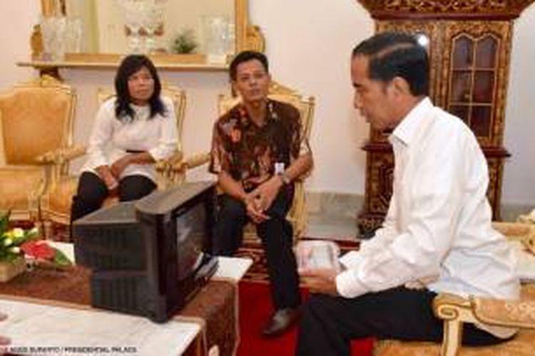 Muhammad Kusrin pemilik usaha UD Haris Elektronika yang memproduksi TV murah dan sempat tutup lantaran dianggap tidak memiliki SNI, diterima Presiden Joko Widodo di Istana Merdeka pada hari Senin pagi 25 Januari 2016.