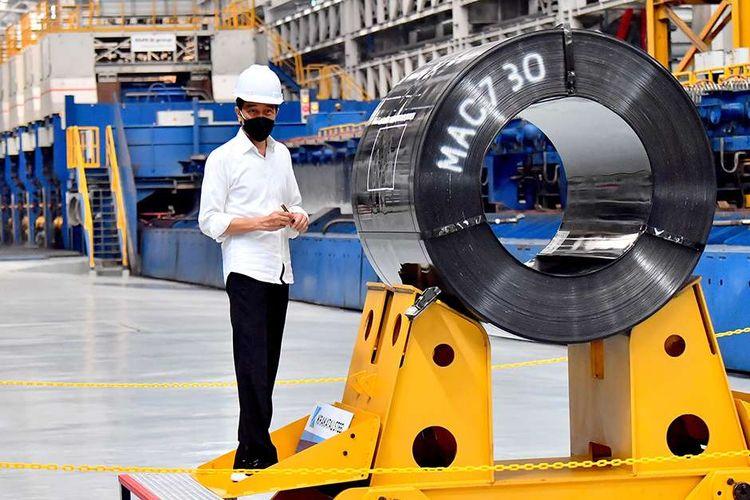 Presiden Joko Widodo menandatangani baja produk terbaru saat meresmikan pabrik Hot Strip Mill 2 PT Krakatau Steel (Persero) Tbk di Kota Cilegon, Banten, Selasa (21/9/2021). Pabrik ini memiliki kapasitas produksi hot rolled coil (HRC) sebesar 1,5 juta ton per tahun dan merupakan pabrik pertama di Indonesia yang mampu menghasilkan HRC kualitas premium.