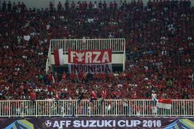 Pendukung Indonesia meneriaki yel-yel pada semi final putaran pertama AFF Suzuki Cup 2016 di Stadion Pakansari, Kabupaten Bogor, Jawa Barat, Sabtu (3/12/2016). Indonesia memang atas Vietnam dengan skor 2-1.
