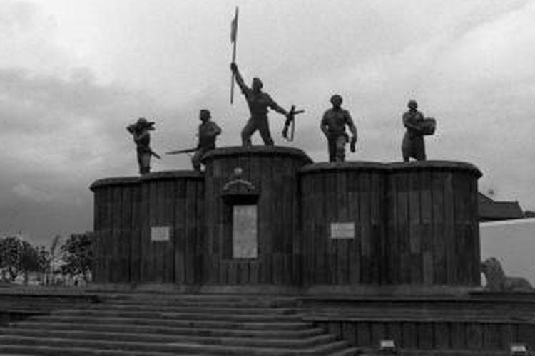 Tentang Monumen Serangan Umum 1 Maret Yogyakarta. Monumen Serangan Umum 1 Maret berada di area sekitar Museum Benteng Vredeburg yaitu tepat di depan Kantor Pos Besar Yogyakarta. Monumen ini dibangun untuk memperingati serangan tentara Indonesia terhadap Belanda pada tanggal 1 Maret 1949.