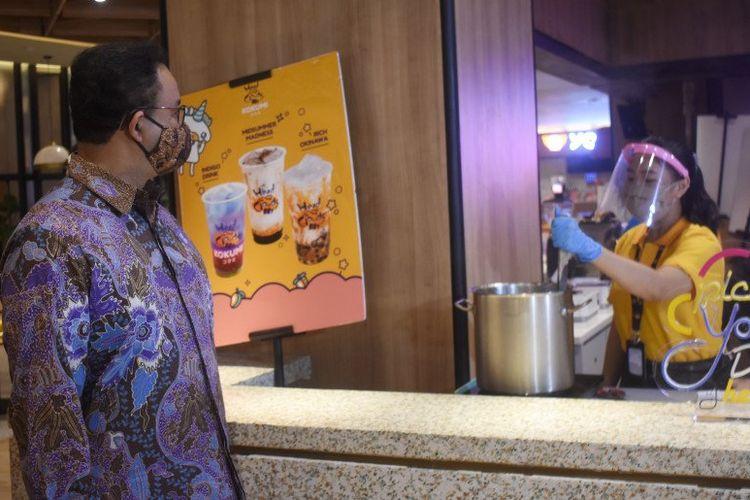 Gubernur DKI Jakarta Anies Baswedan mengunjungi salah satu pusat perbelanjaan di Jakarta Utara, Kamis (11/6/2020). Pemerintah DKI Jakarta menetapkan tanggal 15 Juni 2020 untuk kembali membuka pusat perbelanjaan publik setelah ditutup sekitar tiga bulan karena pandemi virus corona (COVID-19).