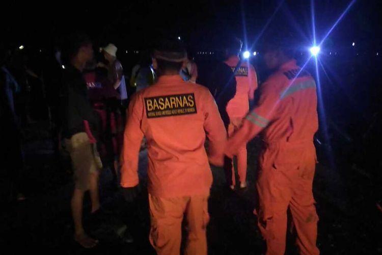 Proses evakuasi jenazah Amaq Mawar yang tewas  tenggelam saat hendak menyelamatkan perahunya yang terputus dari Keramba