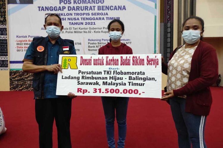 Bantuan dari TKI asal NTT yang kerja di Malaysia untuk korban bencana Badai Seroja di NTT yang diterima Juru bicara posko bencana Seroja, Marius Ardu Jelamu di Kupang, Kamis (29/4/2021)